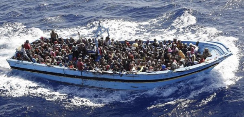 إيطاليا تستقبل سفينة تقل أكثر من 900 مهاجر