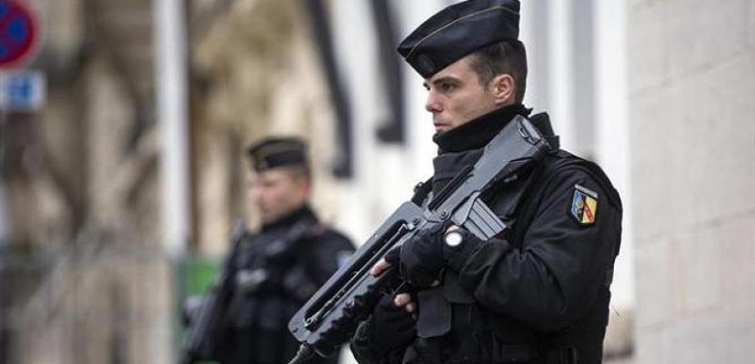 السلطات الفرنسية تصادر أسلحة شرطيين بسبب مخاوف من تطرفهما