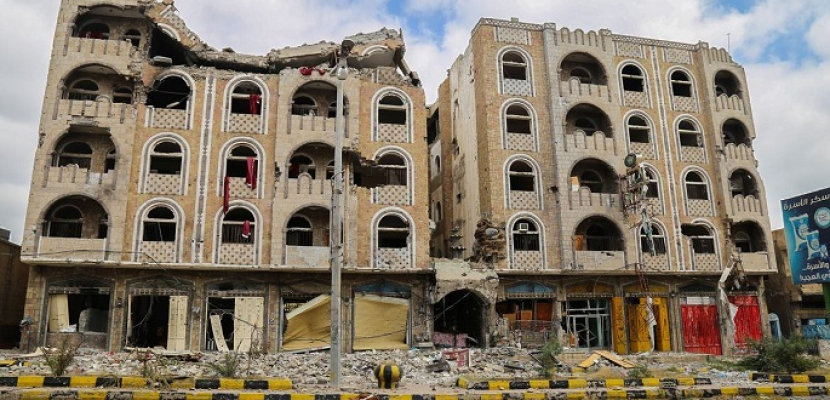 انتهاكات الحوثيين .. دروع بشرية ومدارس للأسلحة