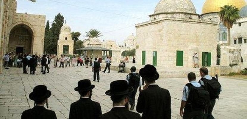 مستوطنون متطرفون يقتحمون الأقصى بحراسة مشددة من الاحتلال الإسرائيلي