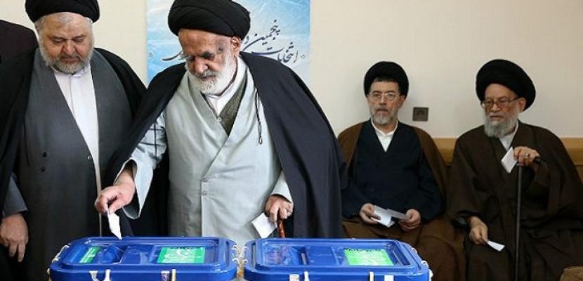 """هل يظل """"المعتدل""""روحاني أم يفوز""""المتشدد"""" رئيسي في انتخابات إيران؟"""