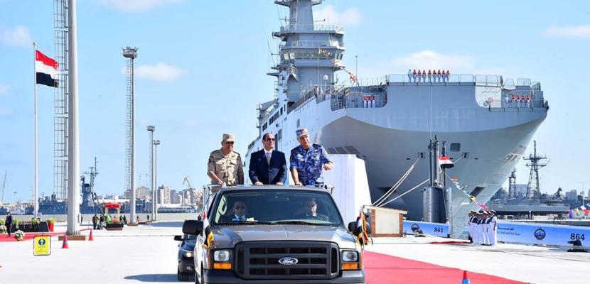 بالفيديو والصور- خلال الاحتفال بعيد القوات البحرية الخمسين.. السيسي يرفع العلم على قاعدة الاسكندرية بعد تطويرها