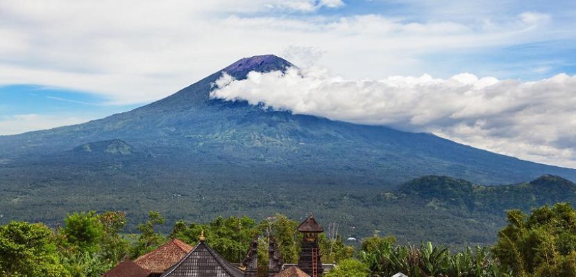 """تجدد ثوران بركان """"جبل أجونج"""" بجزيرة بالي الإندونيسية"""