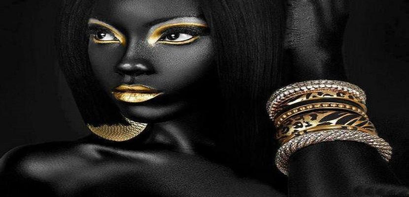 عناق خاص بين الأسود والذهبي