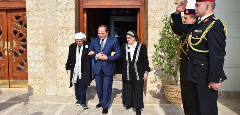 بالصور.. الرئيس السيسي يستقبل مواطنتين مصريتين قامتا بالتبرع لحساب تنمية سيناء بصندوق تحيا مصر