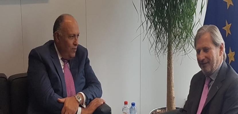 شكري يبحث مع يوهانس هان التعاون القائم بين مصر والاتحاد الأوروبي