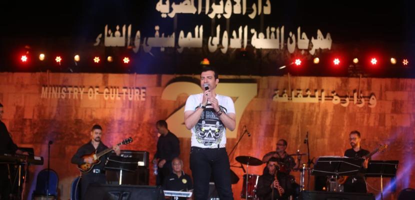إيهاب توفيق يختتم حفل مهرجان محكى القلعة