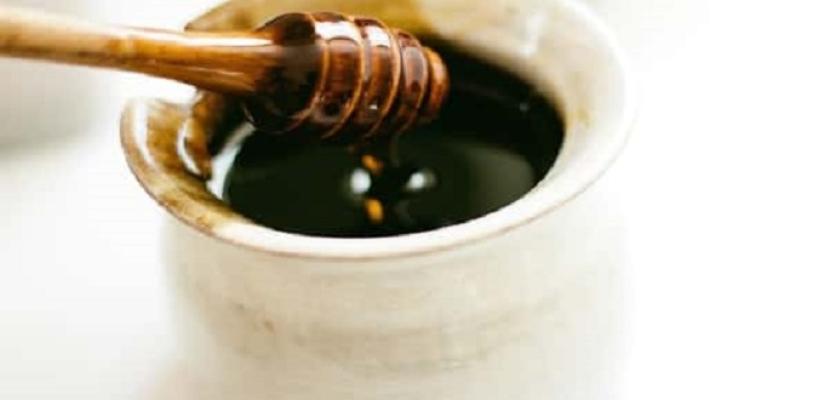 ماسك العسل الأسود للوجه.. مذهل للبشرة