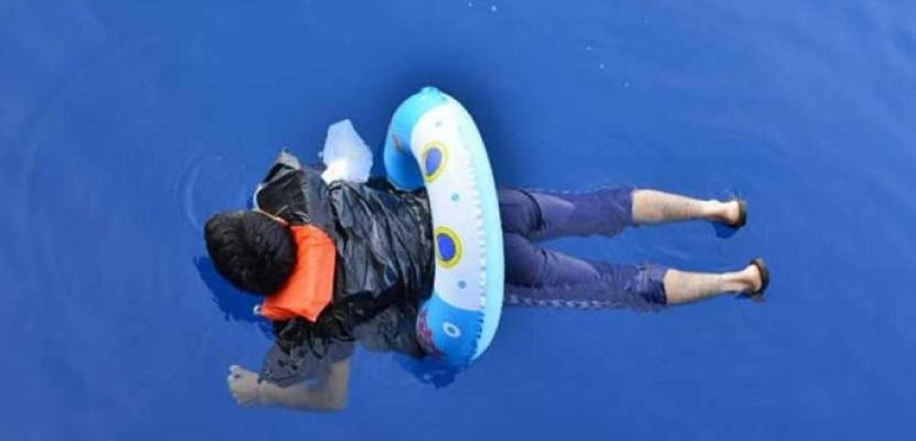 """""""يبحر"""" من تركيا إلى اليونان.. بعوامة أطفال !!"""