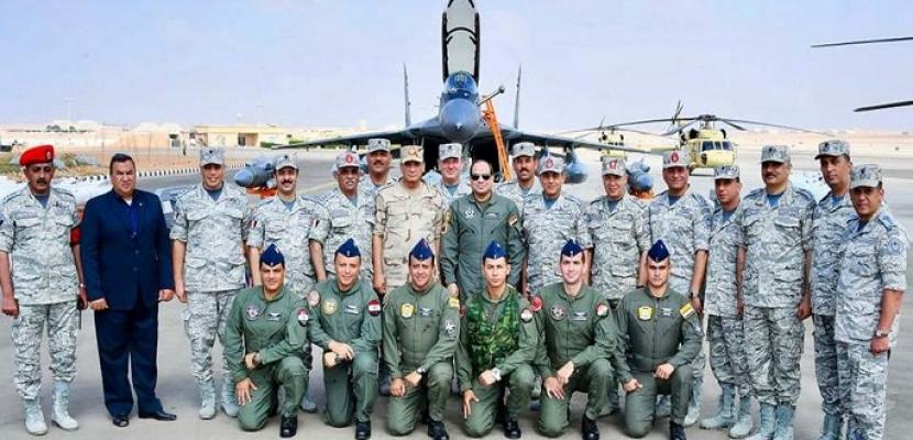 بالفيديو والصور.. الرئيس السيسي يتفقد إحدى القواعد الجوية ومشروع مستقبل مصر