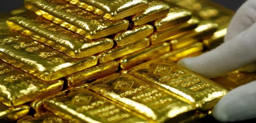 الذهب يستقر قرب أعلى مستوى في شهر بفضل طلب الملاذ الآمن