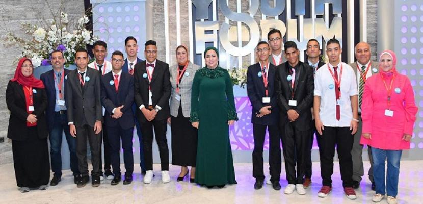 بالصور.. قرينة الرئيس السيسي تلتقي مجموعة من طلاب مدرسة الأمل للصم والبكم