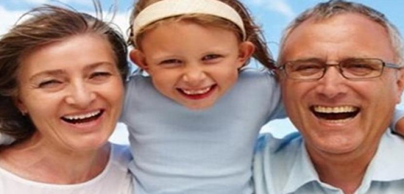 وزيرة بريطانية: ينبغي إشراك الأجداد في العطلات العائلية