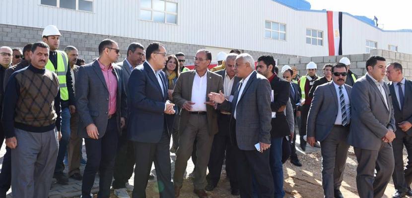 بالصور.. مدبولي يتفقد مشروع المجمعات الصناعية الصغيرة والمتوسطة بالعاشر من رمضان ويلتقي عددا من المستثمرين