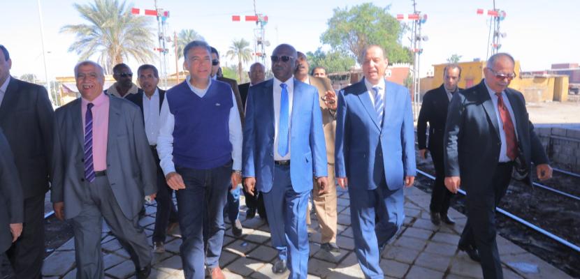 بالصور .. وزير النقل ونظيره السوداني يشهدان توقيع عقد نقل بضائع عبر النيل