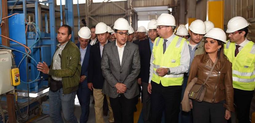 بالصور.. رئيس الوزراء يتفقد عددا من المشروعات والمصانع بالمنطقة الإقتصادية لقناة السويس