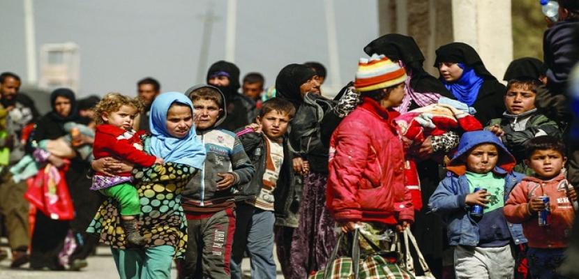 واشنطن بوست : آلاف النساء والأطفال يفرون من آخر معاقل داعش بسوريا ويتدفقون على مخيمات اللاجئين