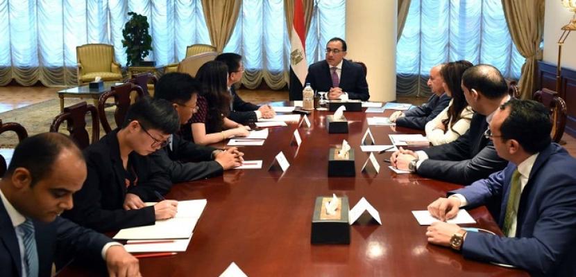 بالصور..رئيس الوزراء يلتقى رئيس مجموعة هواجيان الصينية لبحث الاستثمارات بصناعة المنتجات الجلدية فى مصر