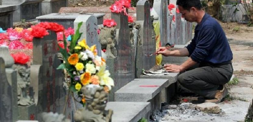 """الصينيون يحتفلون بعيد """"كنس القبور"""" بتكريم وإجلال أسلافهم"""
