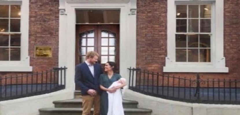 """""""هاري وميجان ومولودتهما"""" في صورة خدعت البريطانيين !!"""