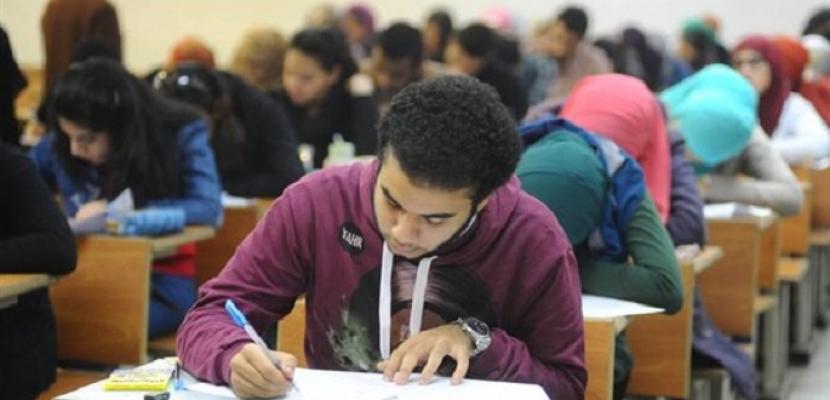 طلاب الثانوية العامة يؤدون امتحان اللغة الأجنبية الأولى