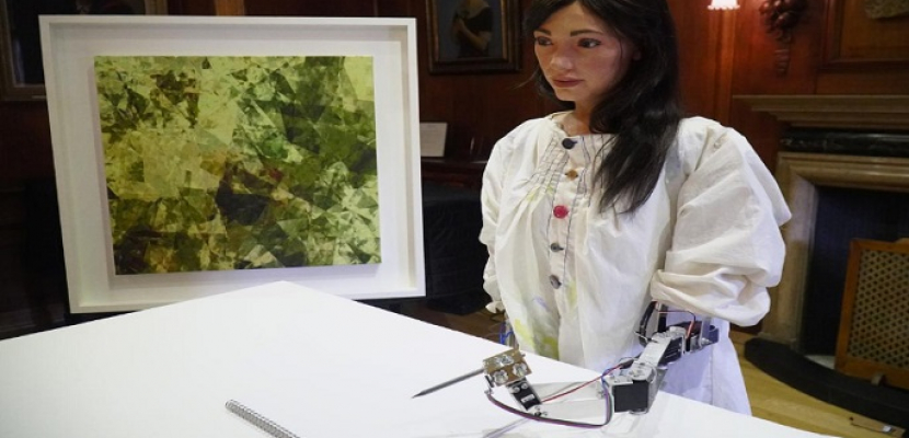 الروبوت الفنانة أيدا تستعد لافتتاح معرضها الأول