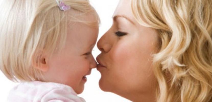 تقبيل الأطفال من الفم يسبب انتقال تسوس الأسنان