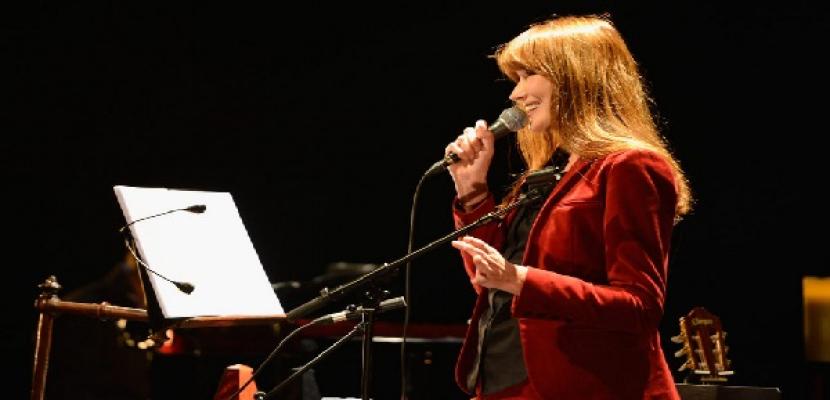كارلا بروني تعود رسميا للغناء