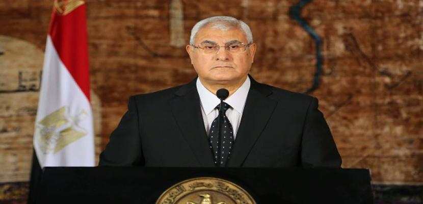رئيس اتحاد العمال يهدي الرئيس عدلى منصور درعا تذكاريا