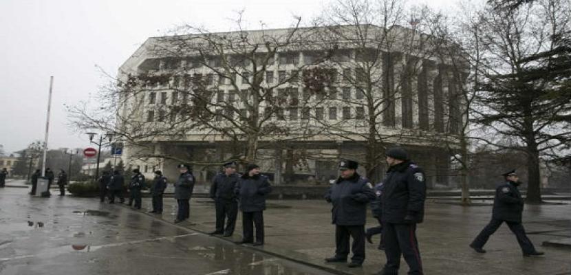 مسلحون يتجولون فى محيط برلمان القرم الأوكرانية
