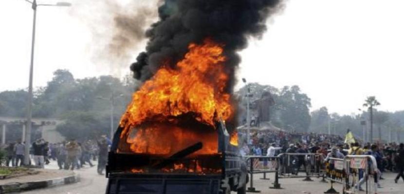 طلاب الإخوان يشعلون النيران بسيارة شرطة أمام المدينة الجامعية