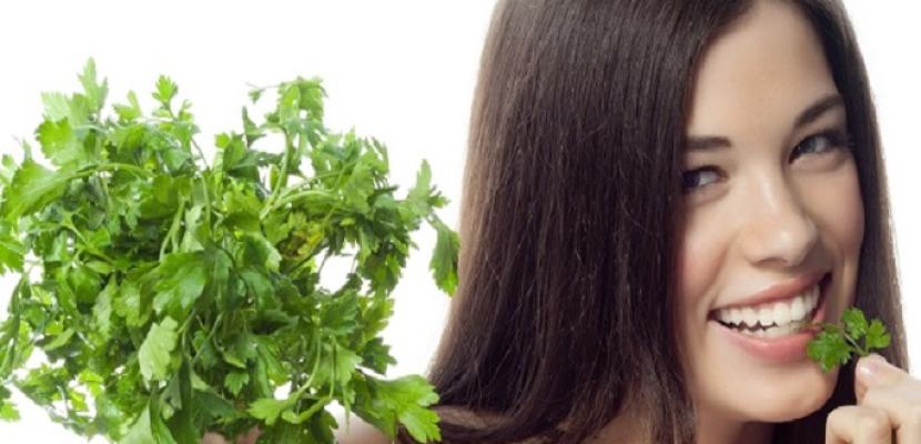 البقدونس يساعد على تطويل الشعر والحفاظ على بريقه