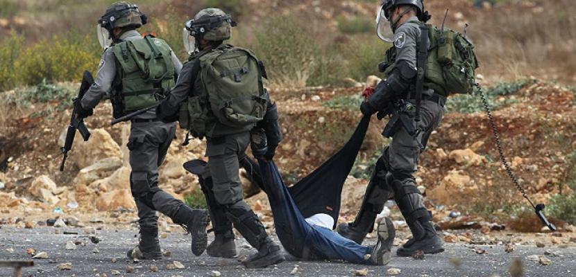 جيش الاحتلال يعتقل شابا وفتاة ووالدتهما من الخليل