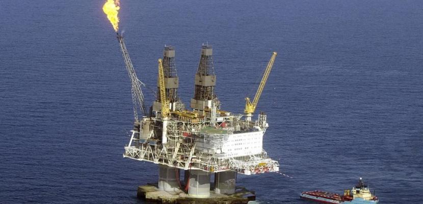 النفط يصعد وسط تفاؤل حيال تخفيضات معروض أوبك وآمال في اتفاق تجارة