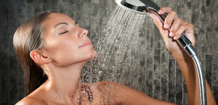 5 عادات خاطئة نقع فيها عند الاستحمام .. أهمها غسل الشعر يوميا