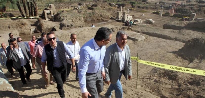 """وزير الآثار يتفقد مقبرة """"خوى"""" من الأسرة الخامسة بجبانة سقارة"""