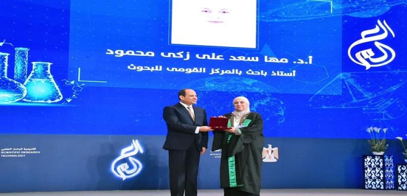 بالصور- الرئيس السيسي يكرم عددا من العلماء خلال الاحتفال بعيد العلم