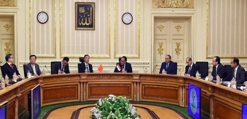 بالصور.. رئيس الوزراء يبحث مع وفد صيني دعم علاقات التعاون الثنائي