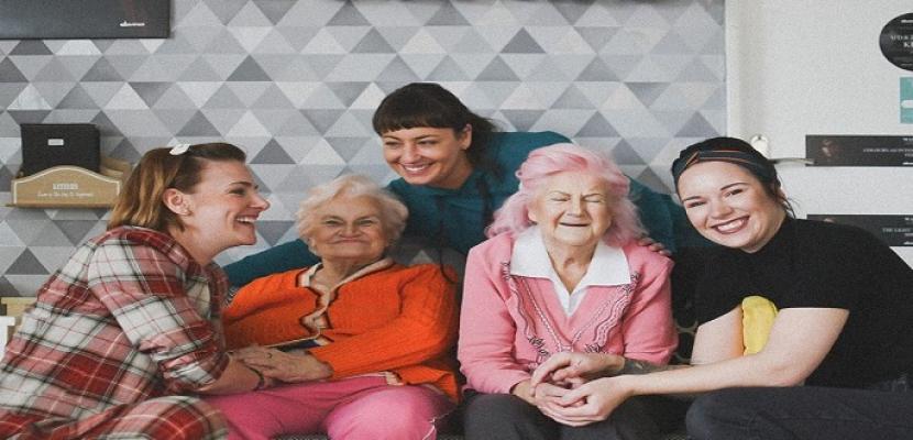 تحول مذهل فى شكل مسنتين فى التسعين بعد تغيير لون شعرهما
