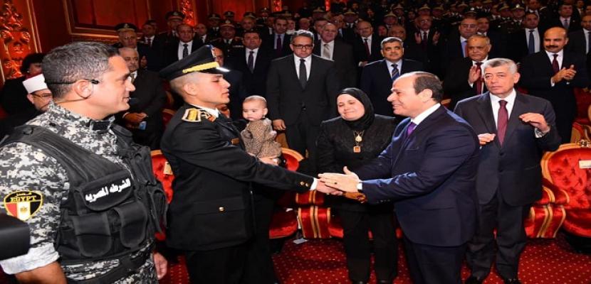 بالفيديو والصور.. الرئيس السيسي يُكَرِّم عددا من ضباط الشرطة وأسر شهداء الشرطة