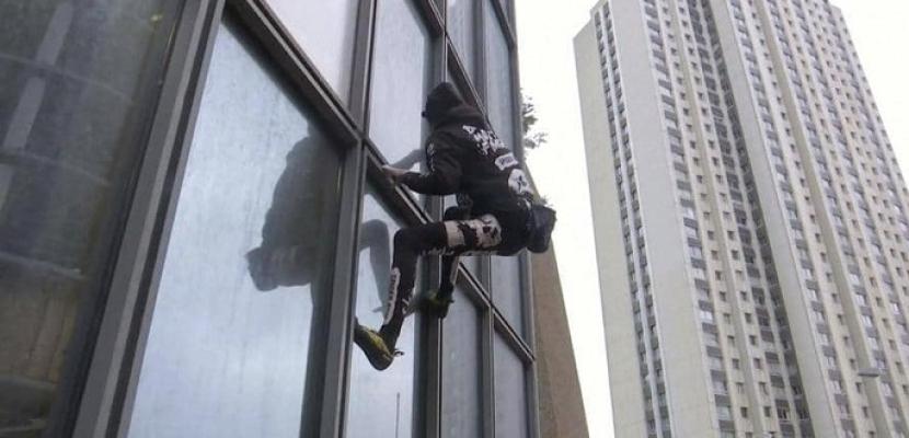"""""""الرجل العنكبوت"""" يتسلق ناطحة سحاب في باريس"""