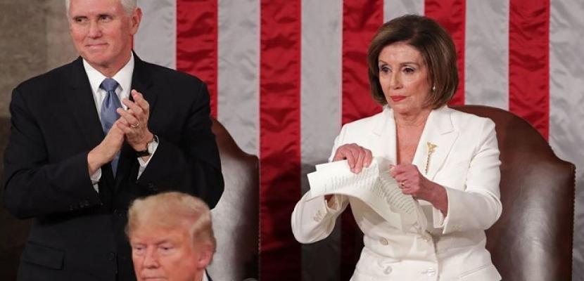 بالصور .. ترامب يتجاهل مصافحة بيلوسى .. وهى ترد بتمزيق خطابه !!