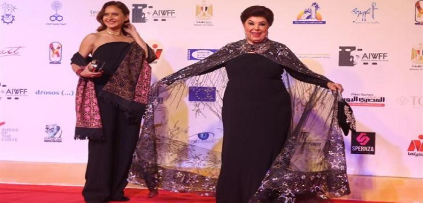 بالصور .. تكريم رجاء الجداوى و نيللى كريم فى مهرجان أسوان لأفلام المرأة