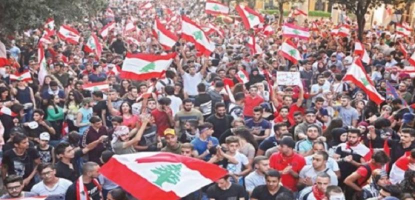 متظاهرو لبنان يستخدمون سياراتهم الخاصة في قطع الطرق خلال يوم الغضب