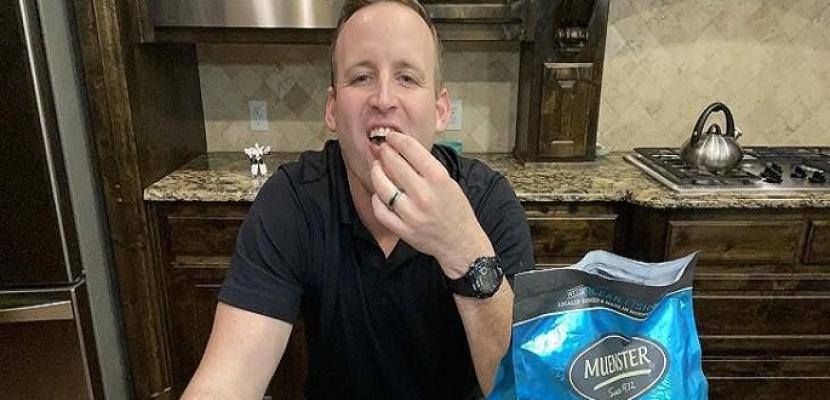 رجل يتناول طعام الكلاب لشهر كامل لإثبات فوائدها