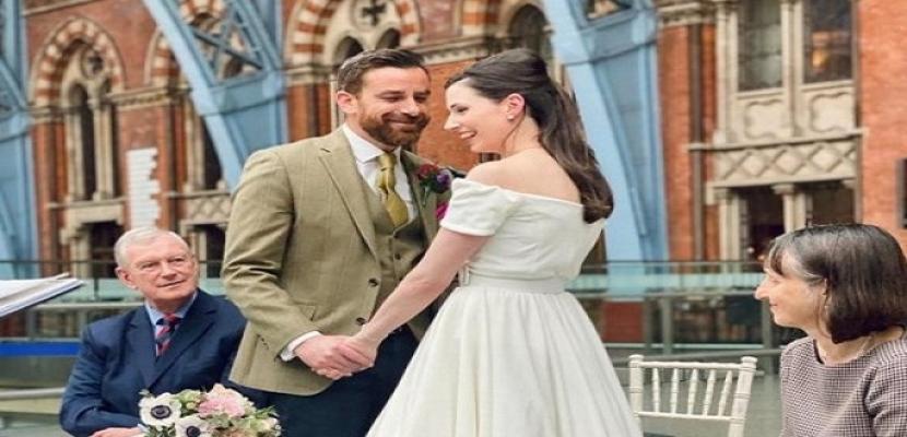 بعد إلغاء زفافهما.. عروسان يعقدان قرانهما فى قطار بحضور شاهدين وعمال المحطة