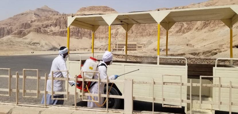 بالصور .. وزارة السياحة والآثار تبدأ أعمال التعقيم والتطهير للمناطق الأثرية بصعيد مصر