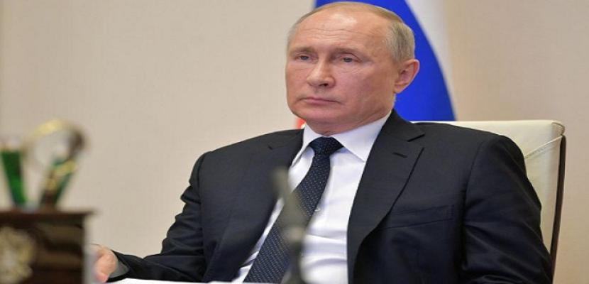 الرئيس الروسي يعزل نفسه بعد إصابة مقربين منه بكورونا