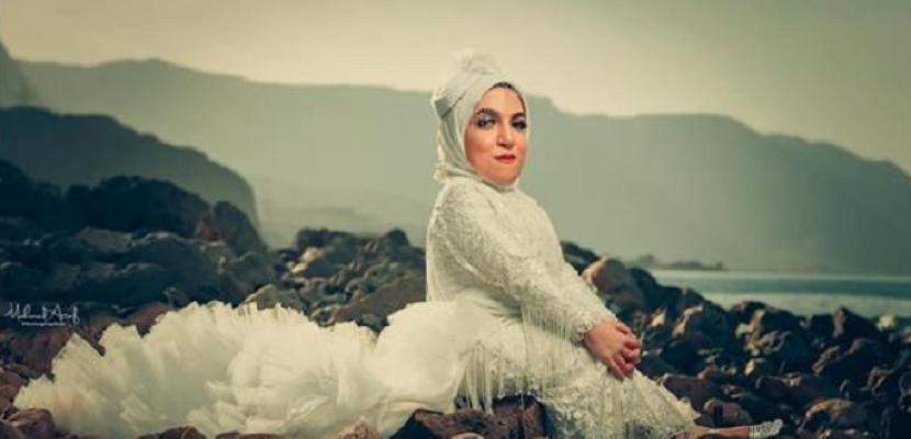 بالصور .. بفستان الزفاف.. «فوتوسيشن» لأول عارضة أزياء من قصار القامة