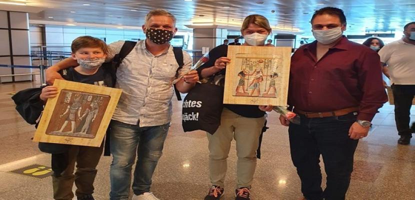 بالصور .. في ثاني أيام استئناف حركة السياحة .. طائرتان من سويسرا وبيلاروسيا يصلان الغردقة وشرم الشيخ